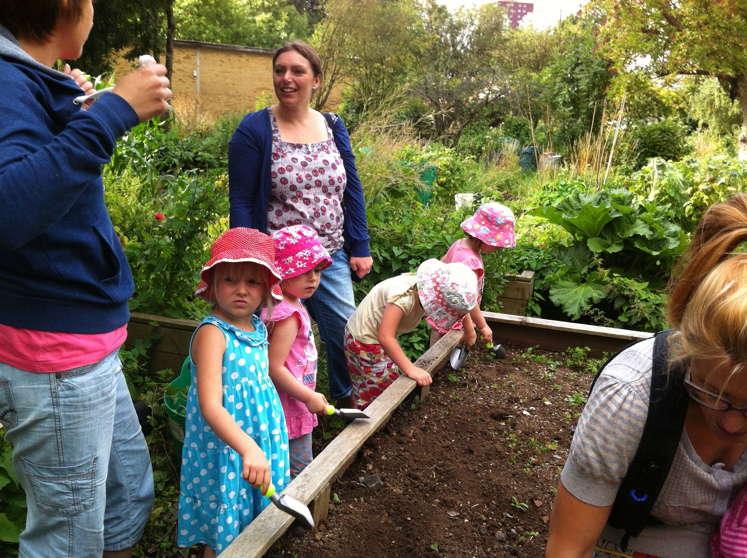 Tiny trowels at windmill hill city farm gardening fun for for Gardening with children